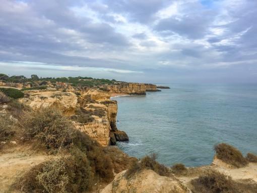 Praia da Marinha no Algarve. Daqui você pode pegar um barco para visitar as cavernas de Benagil