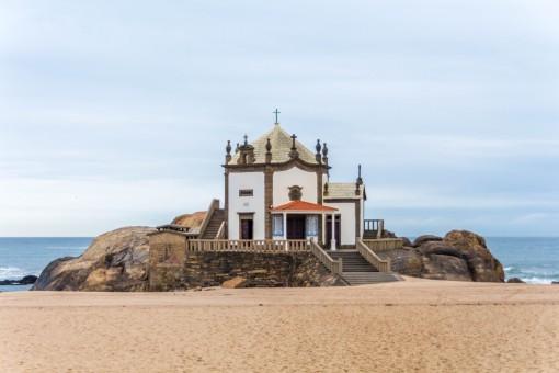 Uma simples e bonita Capela erguida a beira mar