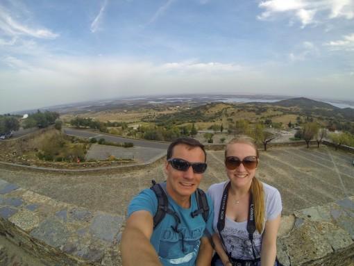Vista da entrada da vila de Monsaraz. Lá ao fundo já é a Espanha