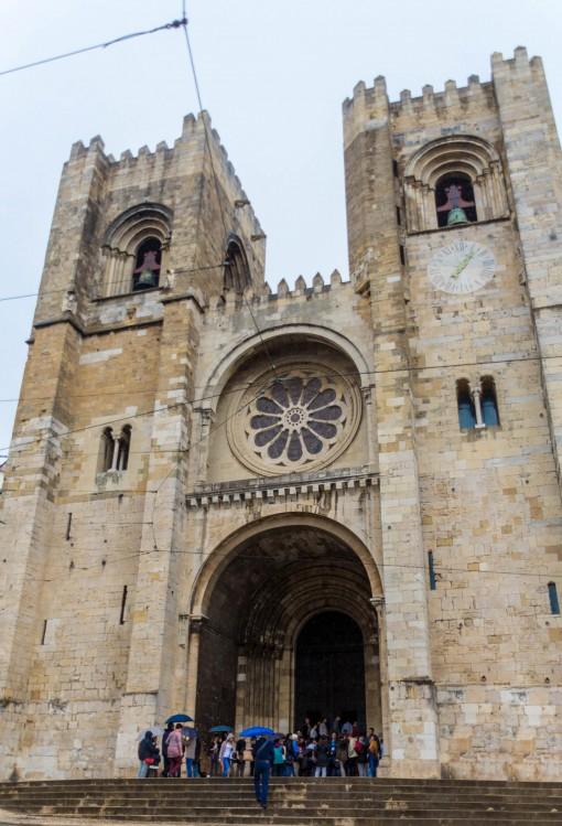 Sé de Lisboa em estilo românico, poucas janelas e paredes grossas.