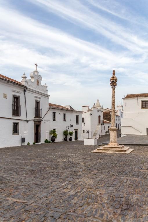 A praça principal de Monsaraz, vazia e silenciosa