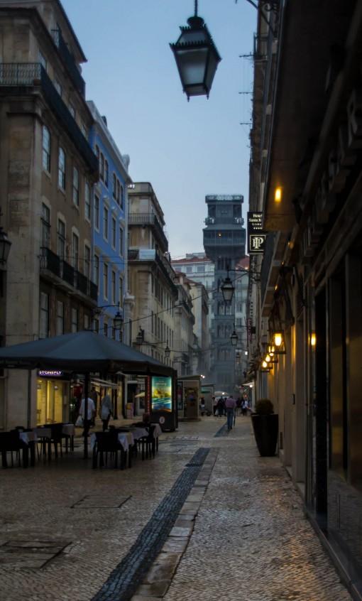 Esse estilo não é mera coincidência. Quem projetou o elevador de Santa Justa era pupilo de Eiffel.