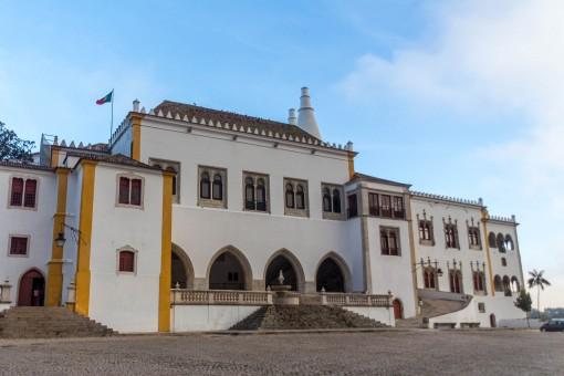 O Palácio Nacional de Sintra é uma das primeiras coisas que você verá quando chegar na cidade. Aquelas duas chaminés enormes saem diretamente da cozinha.