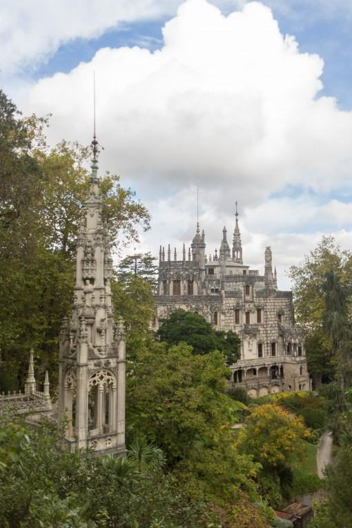 Tesouros da Quinta da Regaleira, a esquerda a capela e a direita o Palácio