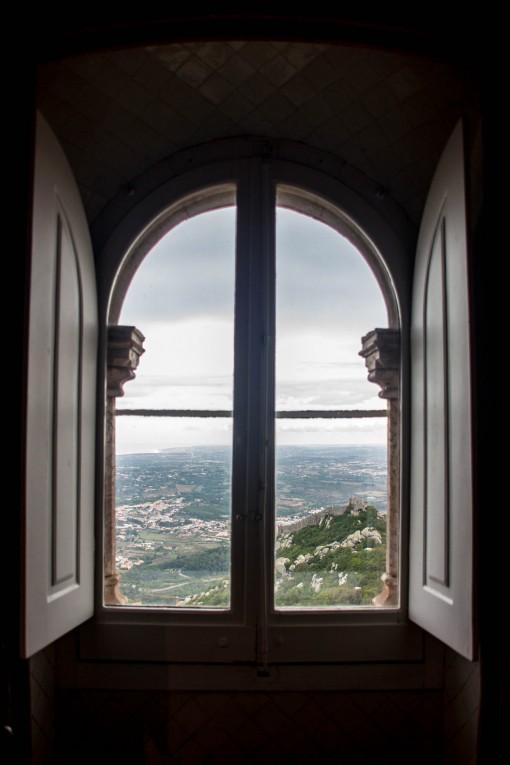 De dentro do Palácio da Pena é possível ver o Castelo dos Mouros ali ao lado