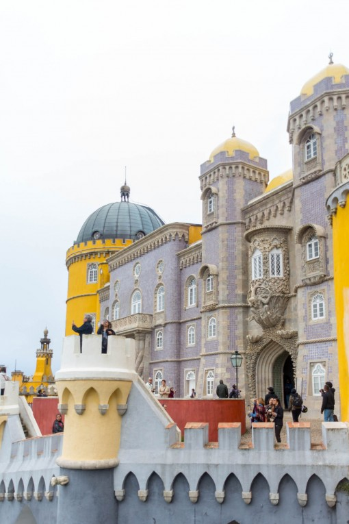 As cores doidas do Palácio da Pena. Pra mim parece castelo de parque de diversões