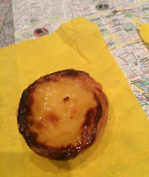 Pastel de Nata em Portugal. Sem açúcar e canela não é a mesma coisa. Esse é da pastelaria Suíça