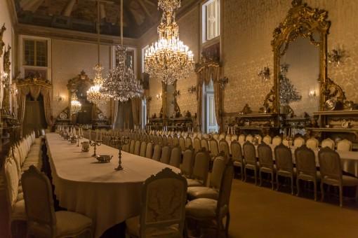 Rola uma jantinha aqui? O presidente de Portugal ainda dá algumas festas nessa sala sensacional.