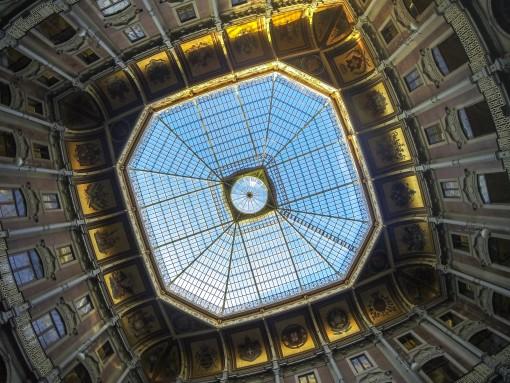 A entrada do Palácio da Bolsa já impressiona. Esse teto é lindo.