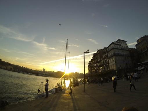 O pôr do sol na Praça da Ribeira é um dos pontos altos da cidade do Porto