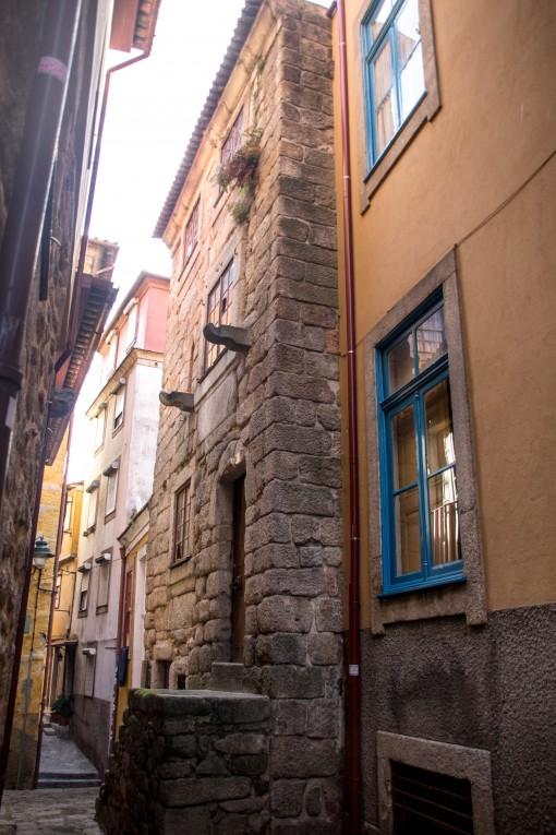 A Torre da Rua de Baixo é a única representante das construções medievais do Porto