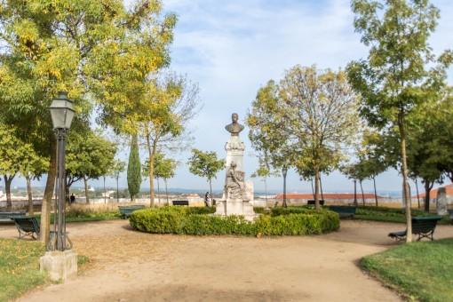 Jardim Diana a frente do Templo Romano de Évora