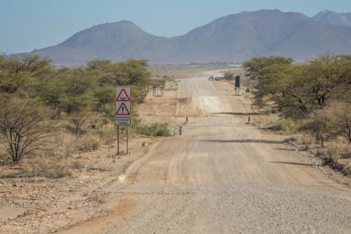 As estradas de terra são boas, mas quando a gente via essa placa dava um medo de ter enchente e não conseguirmos passar.