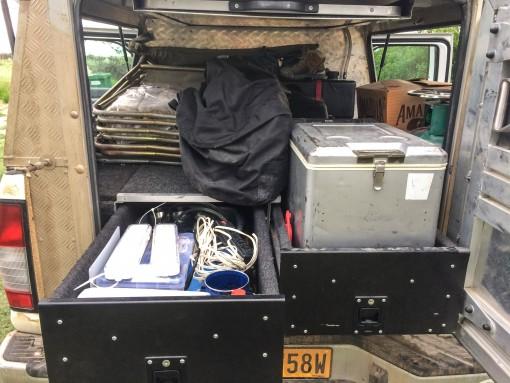 """Bagunça na nossa """"cozinha"""" do camping. O carro tinha até geladeira 12 volts."""
