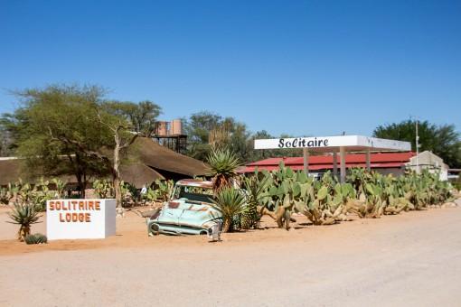 Se tiver um posto, pare e abasteça. Você não vai querer ficar sem combustível no meio do deserto.