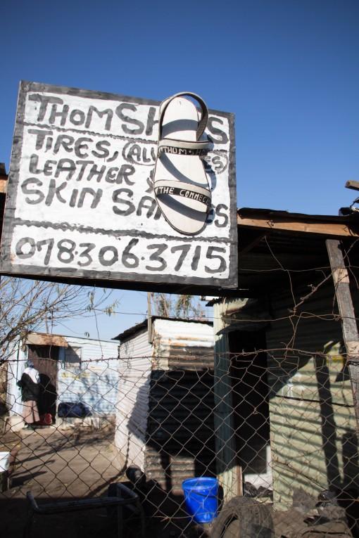 A única foto que tive coragem de tirar em Kliptown, pedindo permissão. Thom é um cara que faz chinelos de pneus velhos.