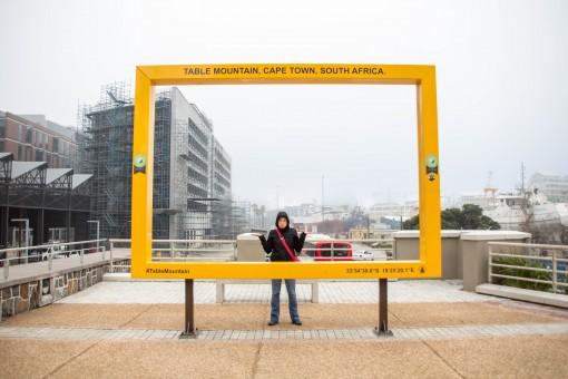 Fazendo careta no cartão postal sem visibilidade da Table Mountain.