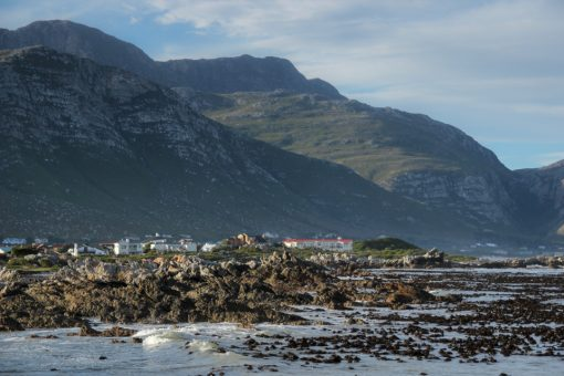 Vista de Betty´s Bay. Montanhas, casa e praia.