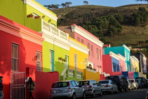 Um dia normal em Bo-Kaap será assim, com carros atrapalhando a foto.