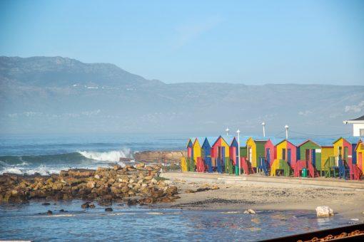 Muizenberg Beach com suas casinhas coloridas.