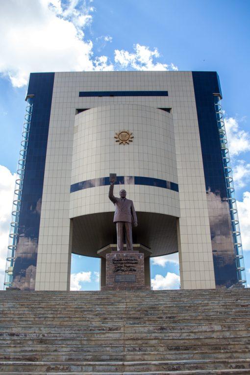 Independence Museum é um prédio moderno com uma estátua na frente.
