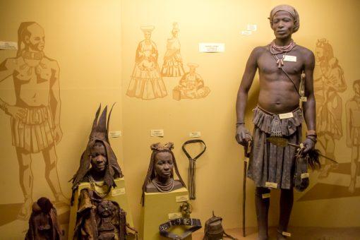 Estátuas de himbas no owela museum.