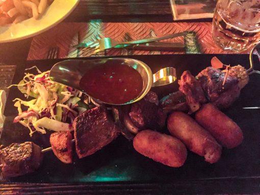 Espetinhos de carnes exóticas.