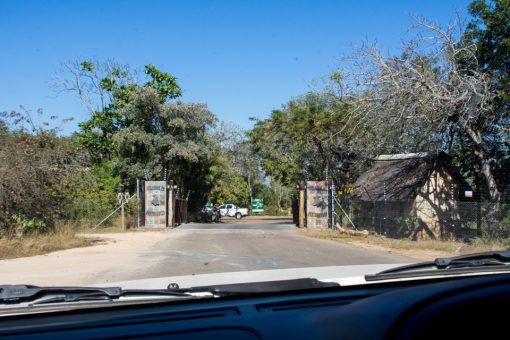 Portão do camp Pretoriuskop e simples cerca de arame farpado.