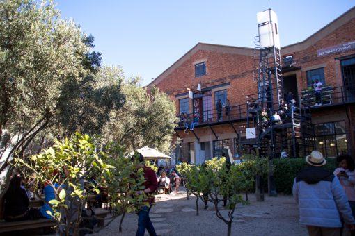 Esse local antigamente era uma fábrica e hoje abriga o Market/Arts on Main. Uma mistura de mercado e galeria que é super legal.