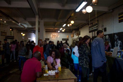 Várias pessoas comendo dentro do Market on Main.