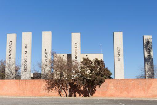 Pilares de concreto de uns 20 metros de altura com as palavras que representam os pilares da constituição.