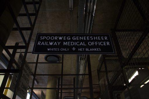 Placa de um consultório médico onde está escrito Apenas brancos.