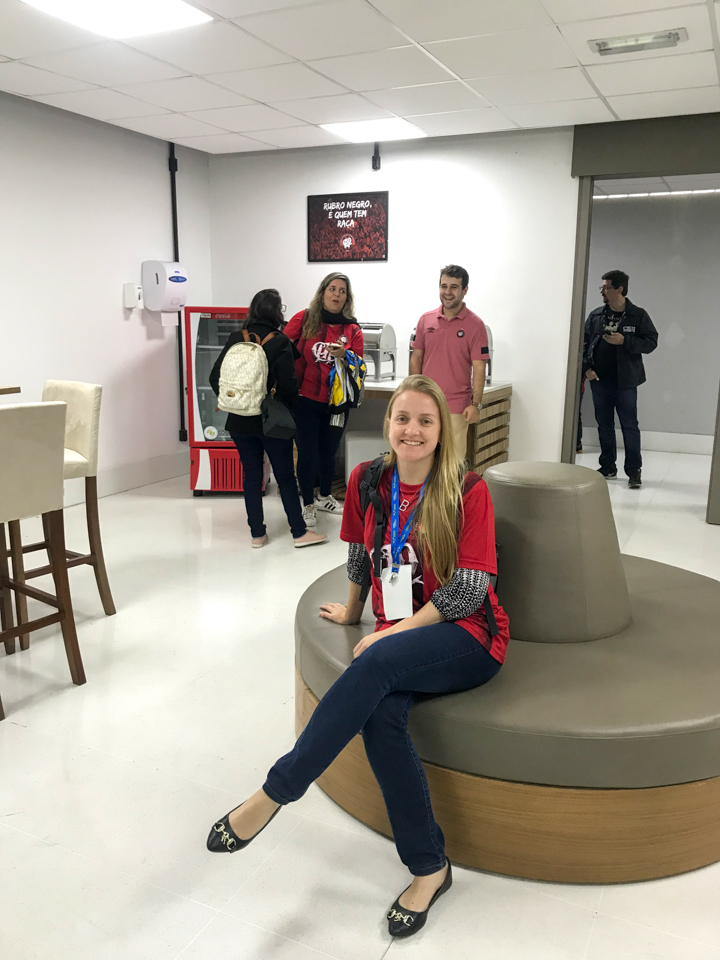 Visita a Arena da Baixada -Eu fazendo pose sentada no sofá do camarote do atlético.