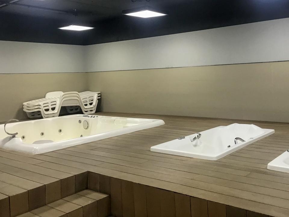 três banheiras no vestiário usadas para recuperação dos jogadores.