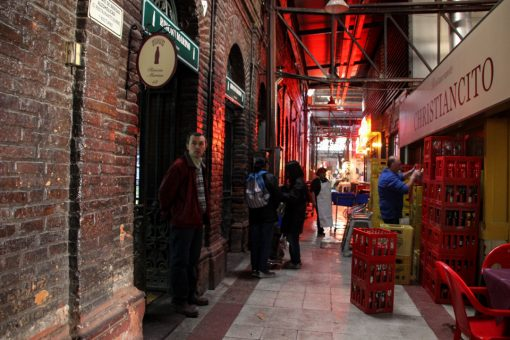 Um dos corredores do mercado central