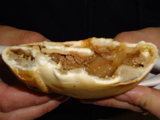 Empanada de Pino já mordida mostrando o recheio