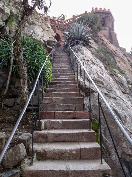 Escada estreita para subir no mirante