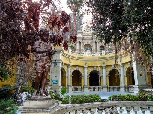 Entrada do cerro santa lucia com ma escultura de um menino a frente e as escadarias amarelas atrás.