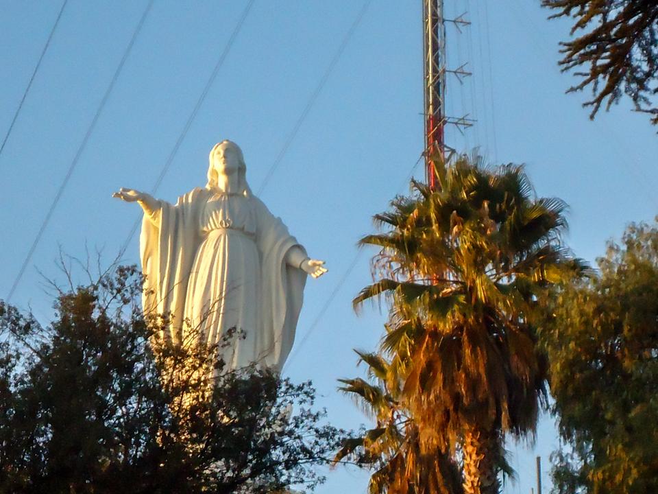 O que fazer em Santiago - Imaculada Conceição que fica em cima do Cerro San Cristóbal por entre as árvores