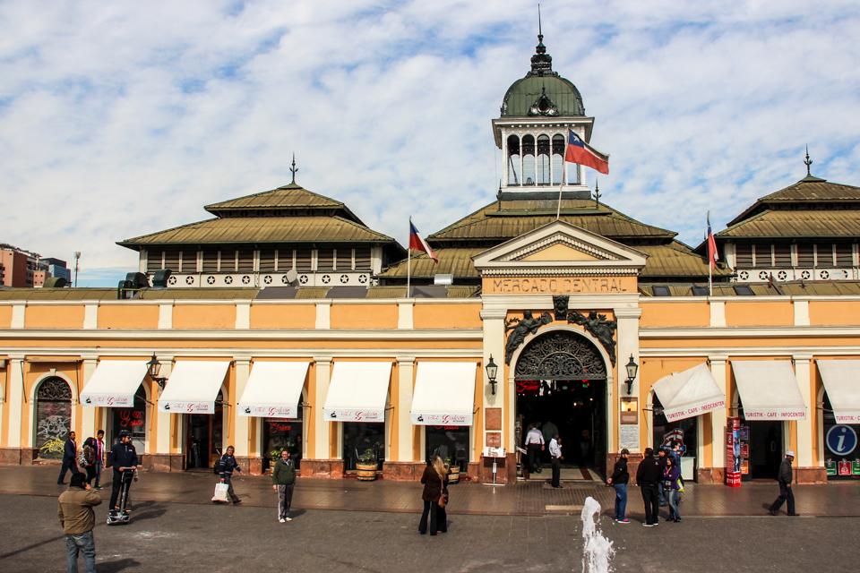 o que fazer em Santiago? Visitar o Mercado Central é uma ótima opção. Fachada do Mercado com a bandeira do Chile