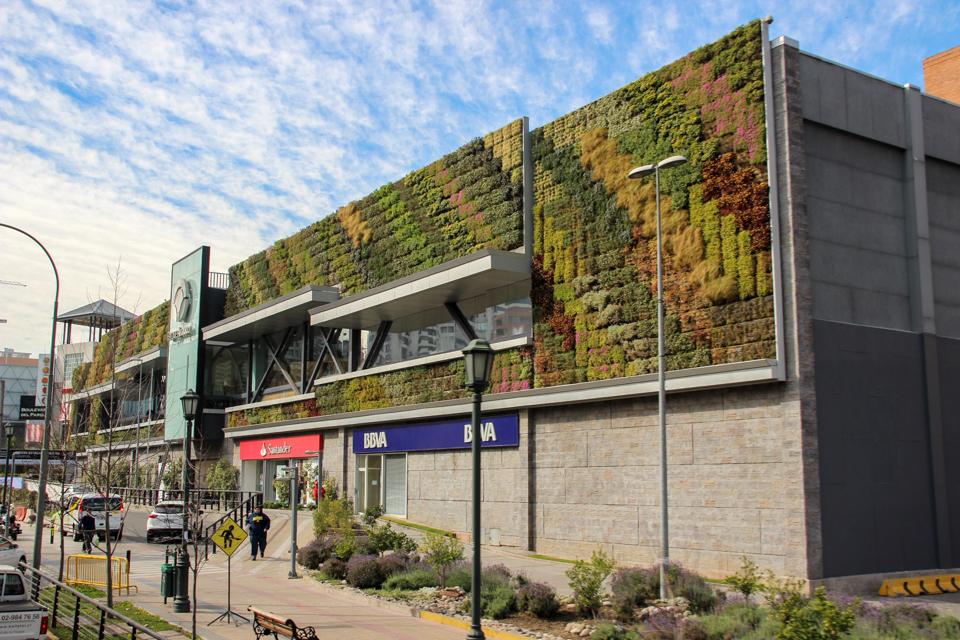 Fachada do Shopping Parque Arauco com milhares de mudas de planta nas paredes