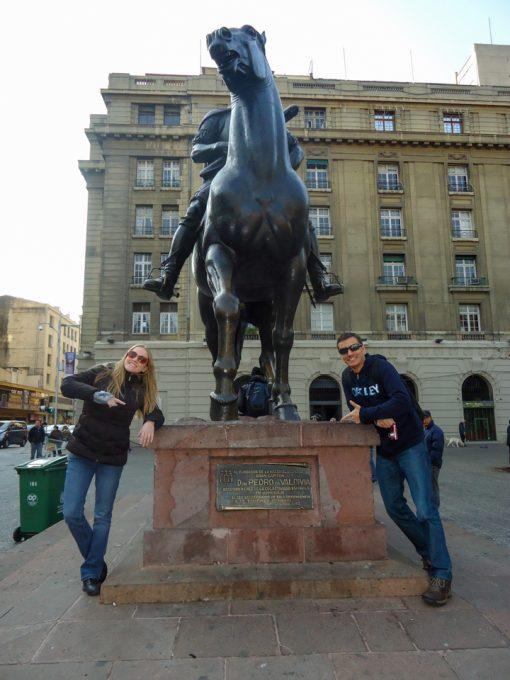 Eu e Diego na escultura de Pedro de Valdivia na Praça das Armas