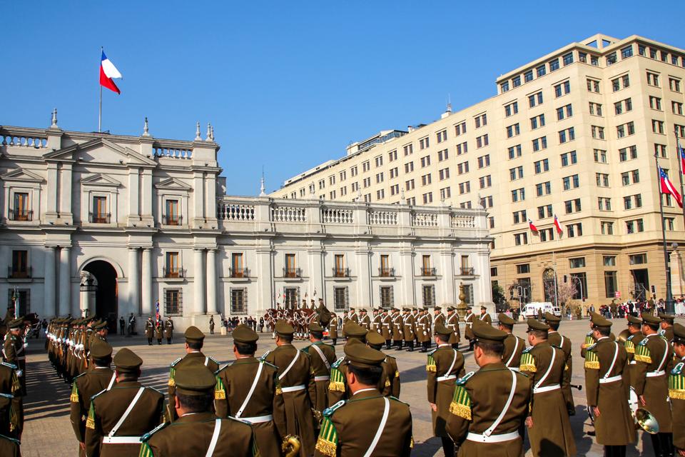 troca da guarda no palacio la moneda. vários militares em fila para o hino nacional