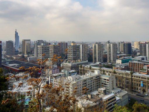 Vista de cima do cerro santa lucia. Vários prédios na cidade de Santiago