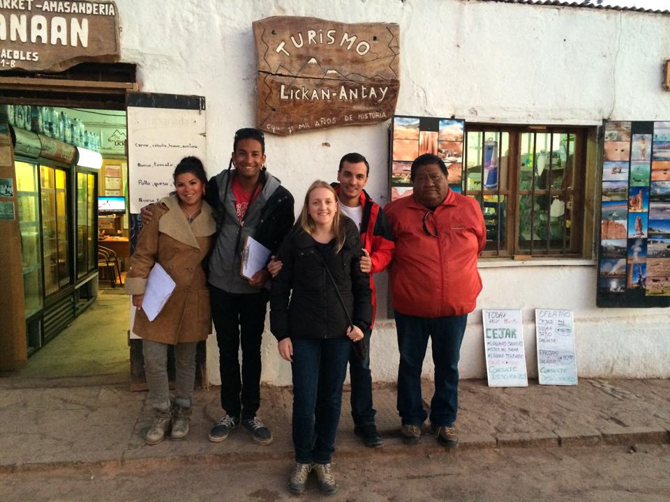 Eu e Diego na frente da agência de turismo Lickan Antay com o dono e os guias