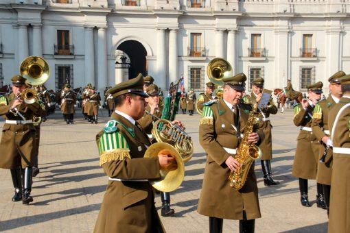 A banda marcial tocando na entrada para a troca da guarda. Os instrumentos são saxofone, tuba, trompete e lira
