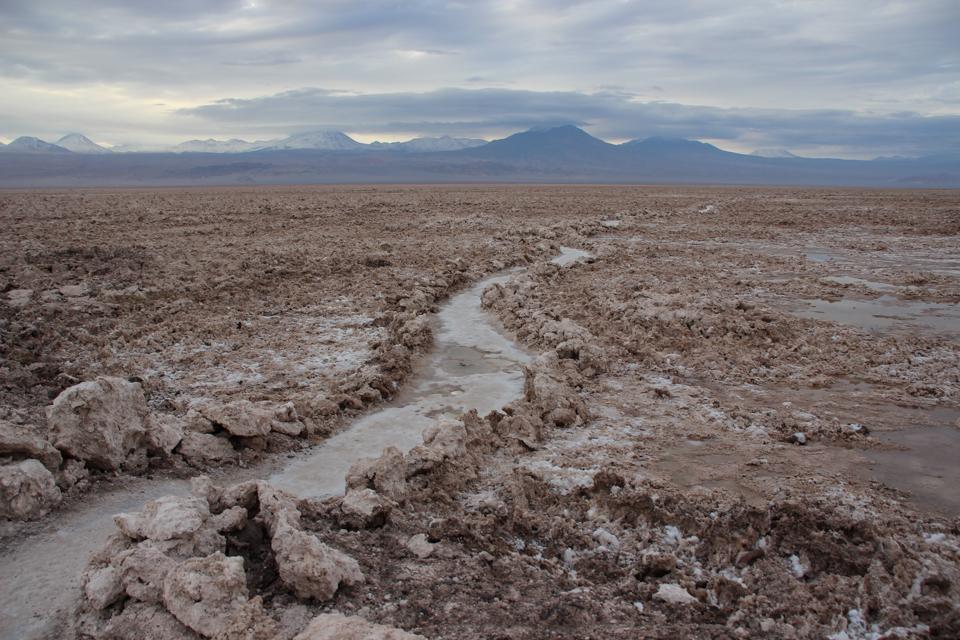 Caminho feito no Salar do Atacama por entre as erupções de sal