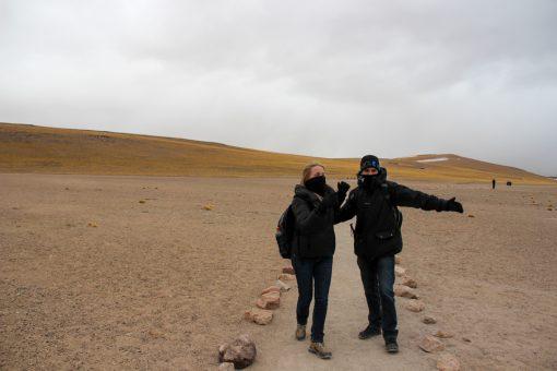 Eu e Diego fazendo dancinha no caminho das lagunas altiplânicas em comemoração aos poucos flocos de neve que caiam.