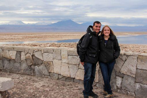 Eu e Diego a frente da Laguna Chaxa no Salar do Atacama