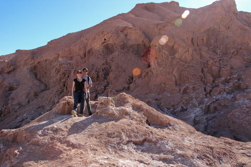 Eu e Diego posando pra foto em cima da caverna de sal com raios de sol batendo ao fundo